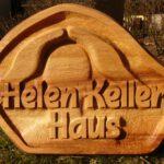 Holzarbeit eines Namenschildes von Max Holst: Malerei für Öl-und Acryl-Bilder, Gemälde und Porträts, Grafikdesign und handgefertigte Objekte aus der Lüneburger Heide.