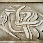 Plastik eines Kaiserfisches aus Beton von Max Holst: Malerei für Öl-und Acryl-Bilder, Gemälde und Porträts, Grafikdesign und handgefertigte Objekte aus der Lüneburger Heide.