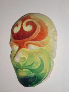 Das Objekt von Max Holst ist eine bunte Maske, die aus Gips gefertig ist. Hergestellt von Max Holst: Malerei für Öl-und Acryl-Bilder, Gemälde und Porträts, Grafikdesign und handgefertigte Objekte aus der Lüneburger Heide.